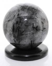Turmalinquarz Edelsteinkugel, ca. 837 g, polierte Kugel mit Ø 84 mm, mit Kugelhalter Marmor